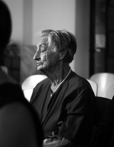 alte Dame bei einer Taufe in Wien