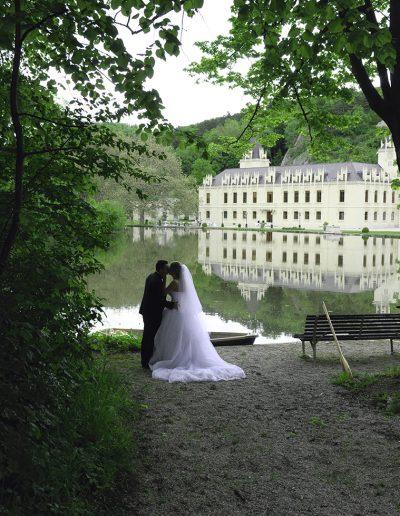 Brautpaar vor Schloss Hernstein in Niederösterreich