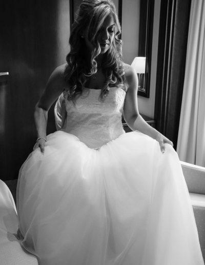 Braut beim Anziehen im Schloss Hernstein in NÖ