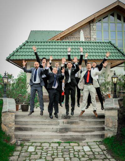 hüpfende Männer bei Hochzeit