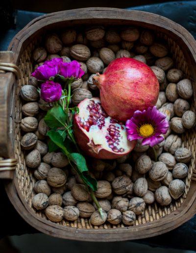 Korb mit Granatapfel und Blumen