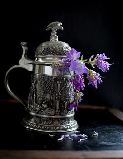Stilleben Silberkrug mit Glockenblume