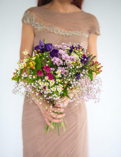 Frühlings Blumenstrauss mit Frau