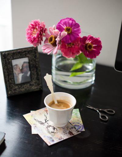 Kaffee und Stilleben mit Blume