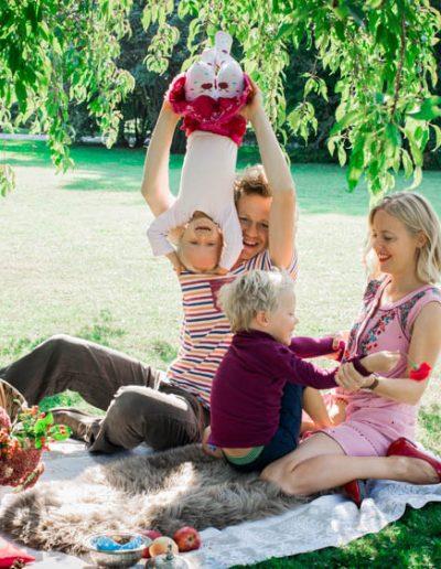 Frühlingsshooting im Rosarium Familie beim Picknicken