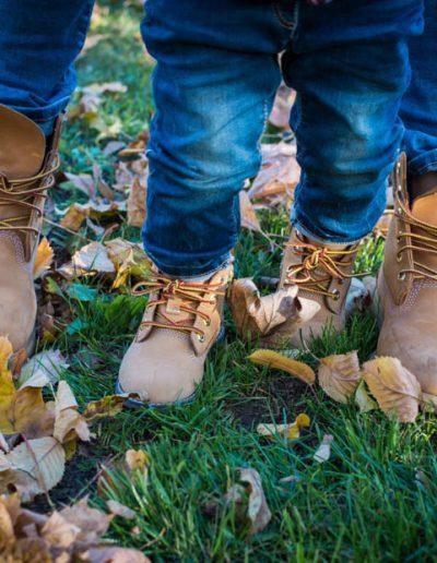 Mutter und Sohn mit Timberlands im Herbst