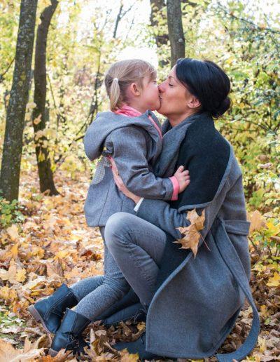 Mama und Tochter im Blättermeer beim Rollettmuseum