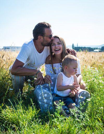Familie im Kornfeld in Niederösterreich