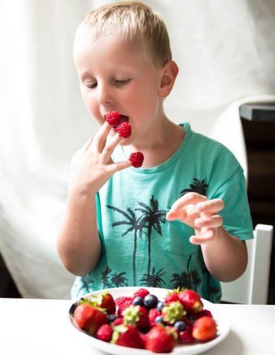 Kind beim Obst essen