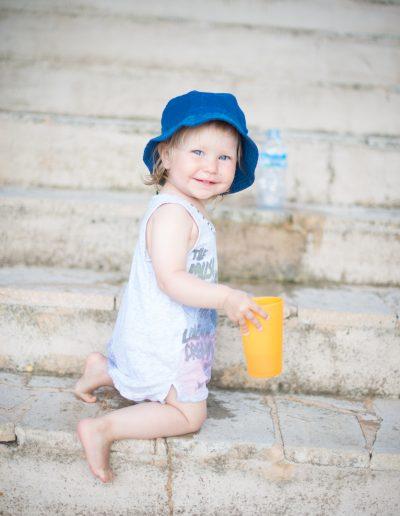 kleines Mädchen auf Stiege Lifestyle