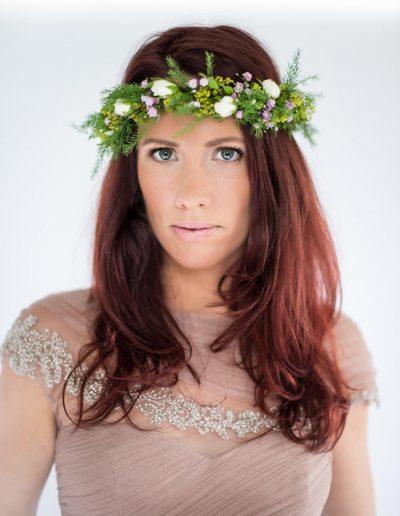 Portrait einer Frau mit Blumenkranz im Haar