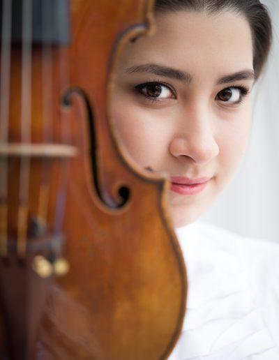 Portrait einer jungen Frau mit Geige