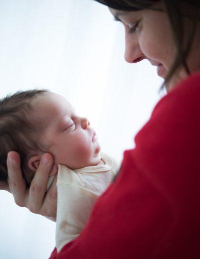 Mutter betrachtet schlafendes Baby
