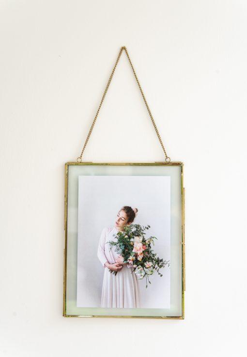 Fotoplakat mit Rahmen Mädchen und Blumenstrauß