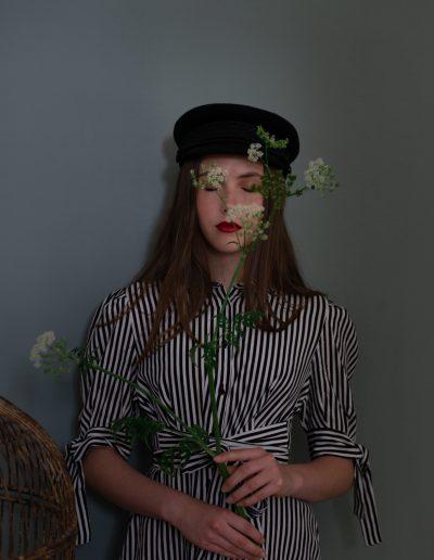 Portrait von Mädchen mit Blume